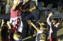 Clovnul Sica distreaza copiii la Savoy